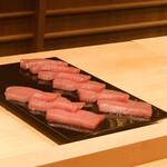 鮨 さかい - 銚子で上がった大トロ。融点が低いので、冷蔵庫から出した途端、板に脂が滲みます