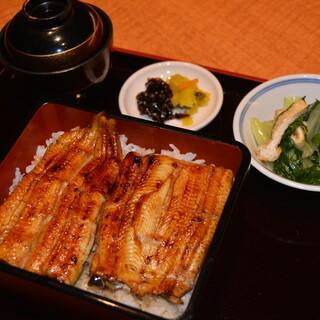 祇園の江戸焼うなぎ店から譲り受けたタレで丁寧に焼いています。