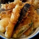 さん天 - グランドスラム天丼、具は左上から、鶏に竹輪に玉子にチーズ、ナスにオクラ、かぼちゃに蓮根