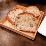 125061379 - この他に米粉の丸いパンも。