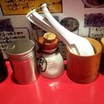 らあ麺と餃子のお店 たか和 - 卓上の調味料にレンゲ