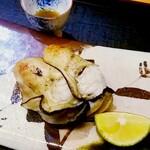 125066530 - 大きく味の濃い焼き牡蠣。昆布〆され驚くほどの旨み。上に見えるお猪口には、貝に残った牡蠣の汁。