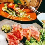徳島魚一番 新 - 阿波牛の炙りとベーコンとトマトのサラダ