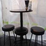 CONA - ちっちゃなテーブル席