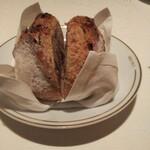 125087613 - 焼きたて パン ド カンパーニュ。コチラのパンの中ではこれが一番好き。なんて呟くと、新たに焼いて持って来てくれる支配人の気配りは もっと好き。