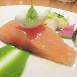 BISTRO INOCCHI - 魚のメイン サーモンミキュイ 半生に仕上げるために何度もオーブンから出し入れして作ってあります