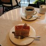 125093955 - コーヒー550円。軽い飲み心地でケーキの邪魔をしません。光輝くキャラメル サレといっしょに。