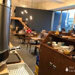 ジ・アザーサイド・コーヒー - 店内 ※入口入ってすぐ