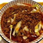 辣上帝 - 真っ赤な挽肉ラー油に白い物は白菜です