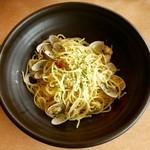 キッチンつばさ - あさりたっぷり!ボンゴレ・ビアンコ ※単品 ¥580 ※サラダバー付 ¥880