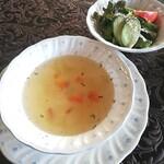 マメゾン - ランチセットのコンソメスープとサラダ。