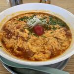 オカゲサマ - 料理写真:トマトラーメン 溶き卵に濃厚なトマト。ニラと真ん中には湯むきしたミニトマト。これが甘くて美味いんだ。