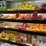 SOUR - カウンター奥の果物棚