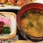 Heiwa - PUB RESTAURANT Heiwa @とうきょうスカイツリー駅 ランチ しょうが焼定食に付く3種の漬物と若芽の味噌汁