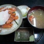市場亭 - 本日のスポット サーモン丼 990円