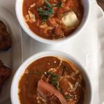 インドネパール料理 ミヤギディ - 上がチキンバターカレー、下が野菜カレー