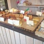パン工房 ドルチェ・ビータ - カウンターに並ぶかわいいパン