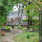 12516326 - 門から庭へのアプローチ
