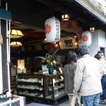 柿の葉ずし 醍予 - 花見の観光客で賑わう店頭