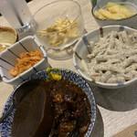 ぶっちぎり酒場 - 煮込み、マカロニサラダ、トリキムチ、もやし等