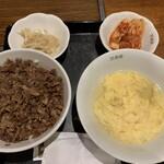 三幸園 - 焼肉丼。卵スープ、キムチ、もやしナムル付き。