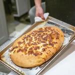 la Brianza - 自家製フォカッチャ 吉田牧場のストラッキーノチーズを乗せて