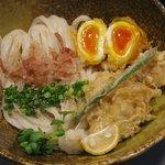 香むぎ - 料理写真:県内産の健康鶏を使ったかしわ親子天ぶっかけ