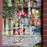 DECORARE - 店内の棚にぎっしり並んだお菓子