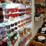 DECORARE - 窓際の棚にはドライフルーツ・お菓子