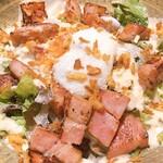 お酒と和彩 いづる - ベーコンがメチャ分厚い笑食べ応えのあるサラダ