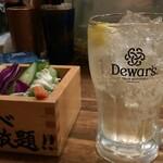串焼炉端 三代目 巌流 - お通しの野菜とレモンハイボール