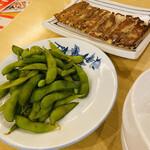 西安曹家 餃子坊 - 枝豆と焼餃子