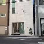 125241501 - 外観。白い4階建。