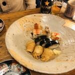 125248651 - 大皿に盛られた晴れの日の京寿し。