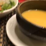 近江牛専門店 れすとらん 松喜屋 - 季節のスープは人参のスープ。       それに野菜サラダ。