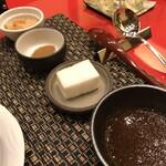 近江牛専門店 れすとらん 松喜屋 - ステーキ に付けるソースは上からニンニクチップ、ホースラディッシュ(醤油味付き)、淡塩(ゼラチンで固めてます)、大根おろしのステーキ ソース