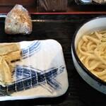おどるうどん - かけの1.5玉。かしわむすび。ごぼう天ぷら。1.5玉で腹パンになりました。コスパ良し!