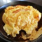 バーバ・スタイル - わたしがオーダーしたメイン料理・じっくり煮込んだ飛騨牛のデミグラスオムライスのオムレツを上から切ってみました。     2020.02.09