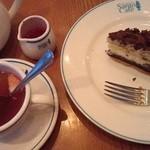 Santo Santo CAFE DINING - チョコケーキとストロベリーティー