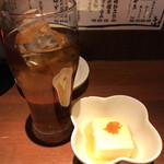 居酒屋 いかり屋 - ウーロン茶、お通し、各300円。お通しとして、とうもろこしのお豆腐が提供されました。自然な甘みがあって、テンションが上がります(╹◡╹)