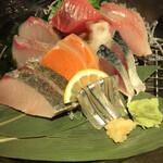 居酒屋 いかり屋 - いかり屋の刺盛り980円。イナダ、シメサバ、サワラ、ヒラマサは、鮮度の良さも、旨味も十分感じられ、とても美味しかったです(╹◡╹)