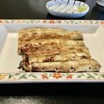 125274646 - 去年8月に食べた白焼きの最適な焼き加減 (串打ちは四本、焼きは息子さん)