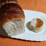 125282923 - 左;藤沢ブレッド¥360                       上半分は焼き色が付いて、下半分は表面ねっとりで白パンにも似ている(食感も)                       右;ほうじ茶のクリームパン¥180                       焙じ茶の香りが大人のクリームパン