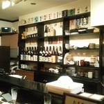 酔い心地 真っ先 - 店内に並ぶ日本酒の数々