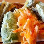 そば処 東雲 - 天ぷらは野菜の天ぷらです、ピーマン、ナス、にんじん、サツマイモと山菜の5品です