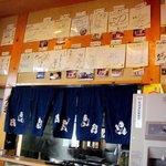 そば処 東雲 - 多くのサイン入り色紙が飾られています