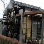 そば処 東雲 - この水車で蕎麦粉を挽いているようです、水車小屋の中に石臼がありました