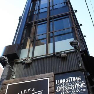 山手通り沿い3階建ての黒い外観