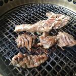 韓国料理 ジンジュ - 上は1枚物の肉 下はハサミでカット