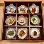 125318533 - 酒肴9点盛り:さつま揚げ、なまこ酢、からしこんにゃく、ツブ貝大船煮、胡桃豆腐、蛸の柔らか煮、山くらげのきんぴら、新じゃがの煮っころがし、真鯛の酒盗